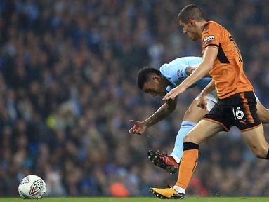 Pemain Manchester City, Gabriel Jesus (kiri) berebut bola dengan pemain Wolverhampton Wanderers, Conor Coady pada laga Piala Liga Inggris di Etihad Stadium, Manchester, (24/10/2017. City menang adu penalti 4-1. (Tim Goode/PA via AP)