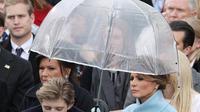 Barron Trump terlihat kurang antusias saat pelantikan sang ayah. (Foto: Thesun.com)