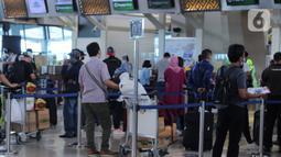 Calon penumpang melakukan check in tiket pesawat di Terminal 3 Bandara Soekarno Hatta, Tangerang, Banten, Jumat (18/12/2020). PT Angkasa Pura II (Persero) atau AP II memprediksi lalu lintas sebanyak 2,1 juta penumpang pada periode angkutan Natal dan Tahun Baru 2021. (Liputan6.com/Angga Yuniar)