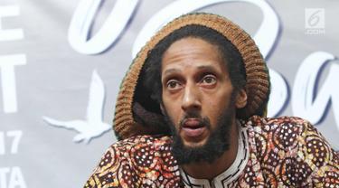 Musisi reggae Julian Marley memberi keterangan saat jumpa pers Jakarta Peace Concert 2017 di Jakarta, Rabu (15/11). Putra dari musisi reggae legendaris Bob Marley, Julian Marley akan tampil di Jakarta Peace Concert 2017. (Liputan6.com/Herman Zakharia)