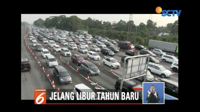 Jelang Tahun Baru 2019, arus lalu lintas di Puncak, Lembang, dan Cikampek, terpantau padat.