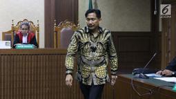 Anggota Komisi VI DPR RI Bowo Sidik Pangarso saat menjalani sidang pembacaan dakwaan di Pengadilan Tipikor, Jakarta, Rabu (14/8/2019). Bowo Sidik Pangarso didakwa dalam kasus dugaan suap dan gratifikasi terkait kerja sama pengangkutan dengan PT HTK. (Liputan6.com/Helmi Fithriansyah)