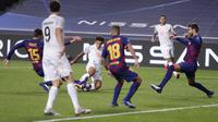 Pemain Bayern Munchen Philippe Coutinho (tengah) mencetak gol ke gawang Barcelona pada pertandingan perempat final Liga Champions antara di Stadion Luz, Lisbon, Portugal, Jumat (14/8/2020). Bayern Munchen membantai Barcelona dengan skor 8-2. (AP Photo/Manu Fernandez/Pool)