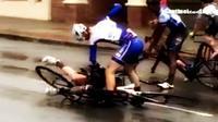 Akibat ulahnya meninju pebalap sepeda lain, pebalap sepeda ini khilaf minta maaf dan diganjar hukuman.