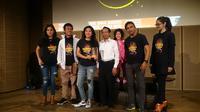 Radhar Panca Dahana dan tim mengapresiasikan pendapat dan kekecewaan pada pemerintah lewat teatrikal puisi.