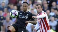 Pemain Liverpool, Nathaniel Clyne (kiri) berusaha menghalau bola dari kejaran pemain Stoke City, Xherdan Shaqiri pada laga Premier League pekan ke-32 di Britannia Stadium, Stoke, (8/4/2017). Liverpool menang 2-1. (AP/Rui Vieira)