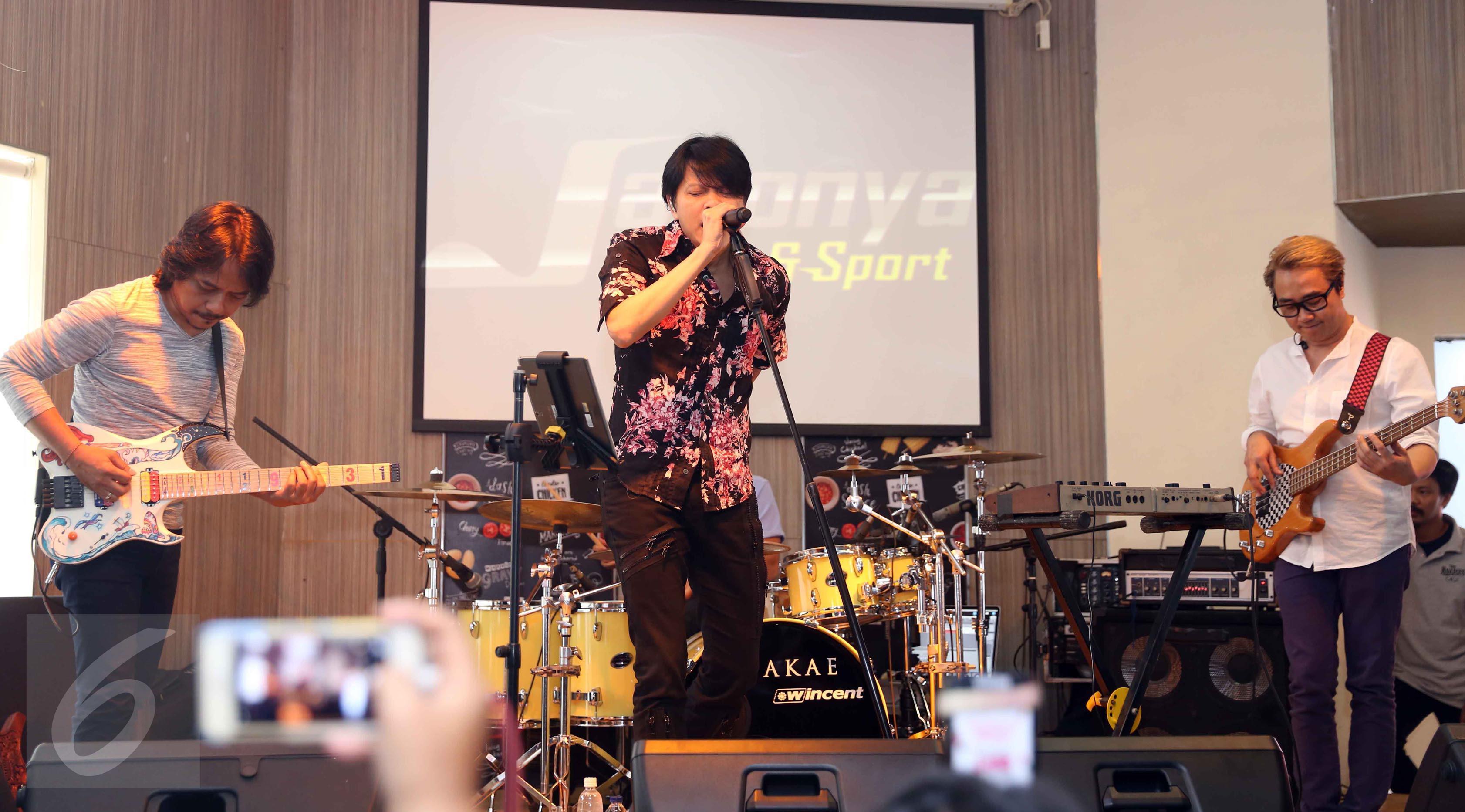 Penampilan band GIGI seusai peluncuran album religi ke-9 di kawasan Kemang, Jakarta, Senin (15/5). Band GIGI launching album religi ke - 9 bertajuk