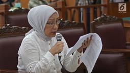 Terdakwa kasus dugaan penyebaran berita bohong atau hoaks Ratna Sarumpaet sedang membacakan pledoi saat sidang lanjutan di PN Jakarta Selatan, Selasa (18/6/2019). Sidang tersebut beragenda pembacaan pledoi atau nota pembelaan dari terdakwa. (Liputan6.com/Herman Zakharia)