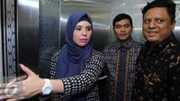 Indra Bekti dan istri, Aldilla Jelita mengadu ke Komisi Penyiaran Indonesia (KPI). [Foto: Herman Zakharia/Liputan6.com]