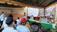 Sekjen DPP Partai Gerindra Ahmad Muzani menyerahkan bantuan kepada korban banjir di Kalimantan Selatan. (Dok Istimewa)