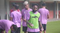 Nerius Alom dkk. berlatih menjelang pertemuan kedua melawan Borneo FC di ajang Piala 2018. (Bola.com/Vincentius Atmaja)