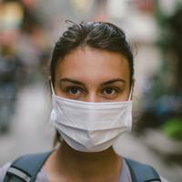 ilustrasi memakai masker medis (sumber: iStockphoto)