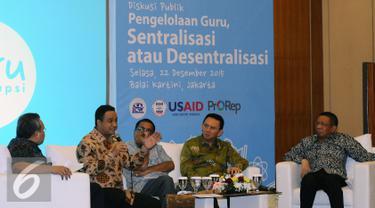Menteri Pendidikan dan Kebudayaan, Anies Baswedan (kedua kiri) memberikan pandangan diskusi bersama tiga Kepala Daerah di Jakarta, Selasa (22/12/2015). Diskusi membahas Pengelolaan Guru, Sentralisasi atau Desentralisasi. (Liputan6.com/Helmi Fithriansyah)