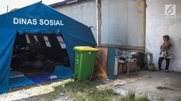Suasana tenda pengungsian korban rumah ambles di Lodan Raya, Pademangan, Jakarta Utara, Kamis (22/11). Sebanyak delapan kepala keluarga (KK) mengungsi ke tenda sementara akibat rumah mereka ambles. (Liputan6.com/Faizal Fanani)
