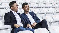 Presiden Persija Jakarta, Mohammad Prapanca, berdiskusi dengan manajer Bambang Pamungkas saat latihan di SUGBK, Jakarta, Jumat (7/2). Latihan ini persiapan jelang Liga 1 Indonesia 2020. (Bola.com/Vitalis Yogi Trisna)