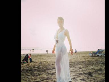 Berpose di pantai, Jupe tampil seksi dengan mengenakan dress putih panjang menerawang (Instagram/Juliaperrez)