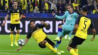 Gelandang Barcelona, Antoine Griezmann, melepaskan tendangan ke gawang Borussia Dortmund pada Liga Champions di Stadion Signal Iduna Park, Selasa (18/9/2019). Kedua tim bermain imbang 0-0. (AP/Martin Meissner)