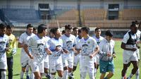 Skuad Persib Bandung saat menjalani latihan di Stadion Gelora Bandung Lautan Api. (Bola.com/Muhammad Faqih)