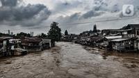 Kali Ciliwung meluap dan merendam permukiman bantaran di kawasan Manggarai, Jakarta, Senin (8/2/2021). Hingga sore tadi, BPBD DKI Jakarta mencatat sebanyak 42 RW dan 150 RT terdampak banjir. (merdeka.com/Iqbal S. Nugroho)
