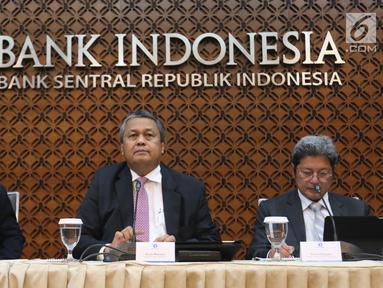 Gubernur Bank Indonesia (BI), Perry Warjiyo (tengah) bersama jajaran saat Rapat Dewan Gubernur di Jakarta, Kamis (21/2). BI kembali menahan suku bunga acuan BI 7-Days Reverse Repo Rate (BI7RRR) di angka 6 persen. (Liputan6.com/Angga Yuniar)