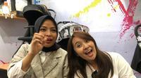 Tantri dan Chua Kotak saat berada di booth Bird & Bees, Indonesia Maternity Baby Kids Expo 2019 di JCC Senayan, Jakarta