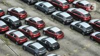 Deretan mobil baru terparkir di kawasan Marunda, Cilincing, Jakarta, Senin (21/6/2021). Pemerintah melalui Kementerian Keuangan memerpanjang diskon 0 persen Pajak Penjualan atas Barang Mewah (PPnBM) hingga Agustus 2021. (merdeka.com/Iqbal S. Nugroho)
