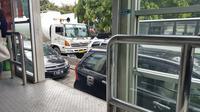 Jalur Transjakarta yang diserobot kendaraan pribadi karena macet yang melanda arah Grogol (Liputan6.com/Julius Andi)