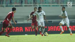 Gelandang Indonesia U-23, Saddil Ramdani (kedua kanan) mencoba menembus kawalan pemain Korea Utara pada laga PSSI Anniversary Cup 2018 di Stadion Pakansari, Kab Bogor, Senin (30/4). Babak pertama imbang 0-0. (Liputan6.com/Helmi Fithriansyah)