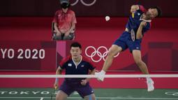 Permainan dikuasai Lee/Wang. Tempo cepat yang mereka peragakan tak mampu diimbangi oleh pasangan Indonesia. Smash keras menghujam ke sudut kanan dari pasangan Chinese Taipei mengakhiri gim pertama dengan skor 21-11. (Foto: AP/Dita Alangkara)