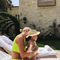 Dengan bikini warna kuning terang, Kylie Jenner nampak seperti memeragakan gaya Leonardo DiCaprio dan Kate Winslet di Titanic ya? (instagram/kyliejenner)