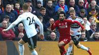 Aksi Mohamed Salah mencoba melewati para pemain Fulham FC pada laga lanjutan Premier League yang berlangsung di stadion Anfield, Liverpool. Liverpool menang 2-0. (AFP/Lindsay Parnaby)