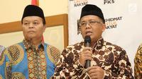 Presiden PKS Sohibul (kanan) memberikan keterangan pers usai pertemuan tertutup dengan Ketua Umum Partai Gerindra, Prabowo Subianto di kantor DPP PKS, Jakarta, Senin (30/07). Kedatangan Prabowo membahas Cawapres. (Liputan6.com/Herman Zakharia)