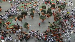 Atraksi kesenian tradisional Reog Ponorogo meramaikan kampanye akbar capres dan cawapres Joko Widodo (Jokowi)-Ma'ruf Amin di Stadion Utama GBK, Senayan, Jakarta, Sabtu (13/15). Kampanye diisi dengan konser musik dari ratusan selebritas bertajuk Konser Putih Bersatu. (Liputan6.com/Herman Zakharia)