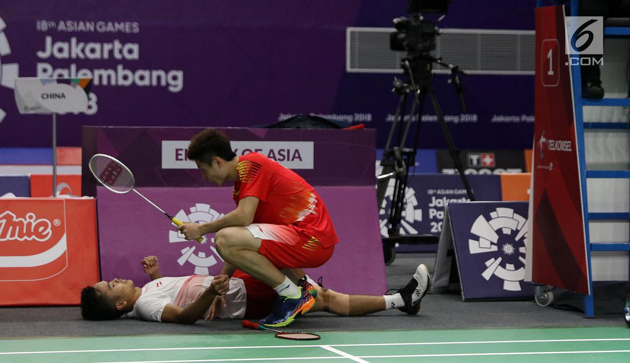 Kondisi kaki tunggal putra Indonesia, Anthony Sinisuka Ginting memburuk saat melawan pemain China, Shi Yuqi pada final Bulutangkis Beregu Putra Asian Games 2018 di Jakarta, Rabu (22/8). (Liputan6.com/Helmi Fithriansyah)