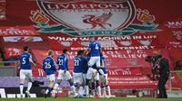 Para pemain Everton merayakan gol pertama yang dicetak Richarlison dalam laga derbi Merseyside kontra Liverpool di Anfield yang digelar pada pekan ke-25 Premier League, Minggu (21/2/2021) dini hari WIB. Everton menang 2-0 atas Liverpool dalam laga ini. (LAURENCE GRIFFITHS / POOL / AFP)