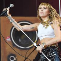 Miley Cyrus tampil di The 2019 Glastonbury Music Festival (FOTO: Splashnews)