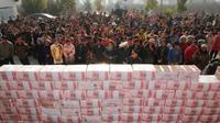 Uang-uang tersebut lalu ditumpuk, membentuk 'tembok' setinggi 2 meter. Aparat keamanan lalu menjaga ketat duit itu.