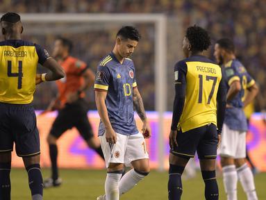 Striker Kolombia, James Rodriguez, tertunduk lesu usai laga lanjutan kualifikasi Piala Dunia 2022 zona CONMEBOL melawan Ekuador di Rodrigo Paz Delgado Stadium, Quito, Ekuador, Rabu (18/11/2020) pagi WIB. Kolombia kalah 1-6 dari Ekuador. (AFP/Rodrigo Buendia/Pool)