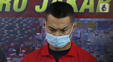 Artis peran Agung Saga dihadirkan dalam rilis kasus kepemilikan narkotika di Polres Metro Jakarta Pusat, Rabu (31/3/2021). Polisi mengamankan satu bungkus plastik klip kecil berisikan narkoba jenis sabu seberat 0,28 gram. (Liputan6.com/Herman Zakharia)