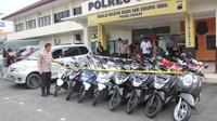 Kepolisian Resor Cilacap menyita lebih dari 20 sepeda motor diduga kuat hasil kejahatan dua begal bersenpi rakitanyang sebelumnya ditangkap. (Foto: Liputan6.com/Polres Cilacap/Muhamad Ridlo)