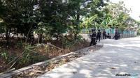 PENGGELEDAHAN: Sejumlah anggota Densus berjaga di sekitar rumah BW saat dilakukan penggeledahan, Senin (4/6). (Ari Purnomo/JawaPos.com)