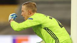 Kiper Copenhagen, Karl-Johan Johnsson, memberikan arahan kepada rekannya saat melawan Manchester United pada laga Liga Europa di Stadion Rhein Energie, Senin (10/8/2020). MU menang tipis 1-0 atas Copenhagen.  (Wolfgang Rattay/Pool via AP)