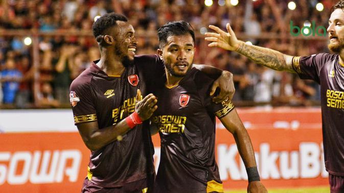 Guy Junior dan Zulham Zamrun, merayakan gol PSM Makassar ke gawang Perseru Badak Lampung FC, di Stadion Andi Mattalatta Mattoangin, Makassar, Jumat (24/5/2019). (Bola.com/Abdi Satria)