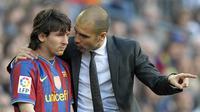 Lionel Messi saat mendapatkan instruksi dari pelatih Barcelona Pep Guardiola sebelum masuk ke lapangan pada pertandingan Liga Spanyol melawan Jerez di stadion Camp Nou di Barcelona pada 24 April 2010. (AFP/Lluis Gene)
