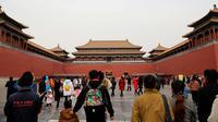 Sejumlah pengunjung berjalan di Forbidden City atau Kota Terlarang di Beijing, (7/3). Kota Terlarang, merupakan istana terisolasi kaisar Qing dan Dinasti Ming China untuk tempat wisata utama yang terletak di pusat ibu kota. (AP Photo/Aijaz Rahi)