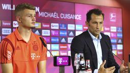 Gelandang baru Bayern Munchen, Michael Cuisance dan direktur olahraga  Hasan Salihamidzic  memberi keterangan pers di Munich, Jerman (20/8/2019). Michael Cuisance dibeli Munchen dari Borussia Monchengladbach. (AFP Photo/Pool/Alexander Hassenstein)