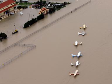 Sejumlah pesawat terbang di bandara dekat Reservoir Addicks terendam banjir yang dipicu Badai Harvey di wilayah Houston, Texas, Selasa (29/8). Badai Harvey mengakibatkan jalanan Kota Houston berubah seperti sungai. (AP Photo/David J. Phillip)