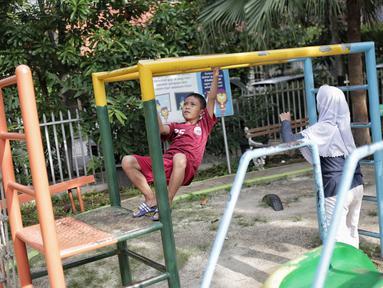 Anak-anak bermain di RPTRA Taman Kenanga, Jakarta, Selasa (28/9). Pemerintah Provinsi DKI Jakarta menargetkan pada tahun ini akan membangun 16 Ruang Publik Terpadu Ramah Anak (RPTRA). (Liputan6.com/Faizal Fanani)