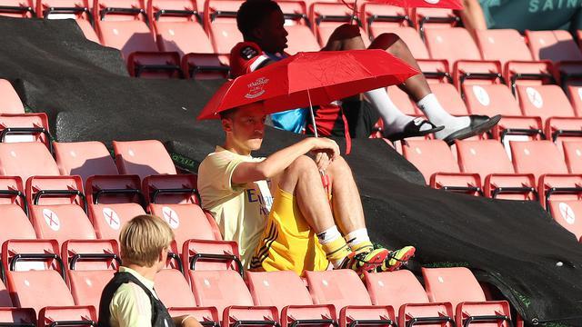 Mesut Ozil saat menyaksikan rekan-rekannya di tim Arsenal bertanding