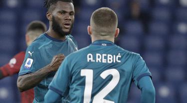 Gelandang AC Milan, Franck Kessie berselebrasi dengan rekannya Ante Rebic usai mencetak gol ke gawang AS Roma lewat titik penalti pada pertandingan lanjutan Liga Serie A Italia di stadion Olimpiade, di Roma, Italia,Senin (1/3/2021). AC Milan menang tipis atas AS Roma 2-1. (AP Photo/Gregorio Borgia)